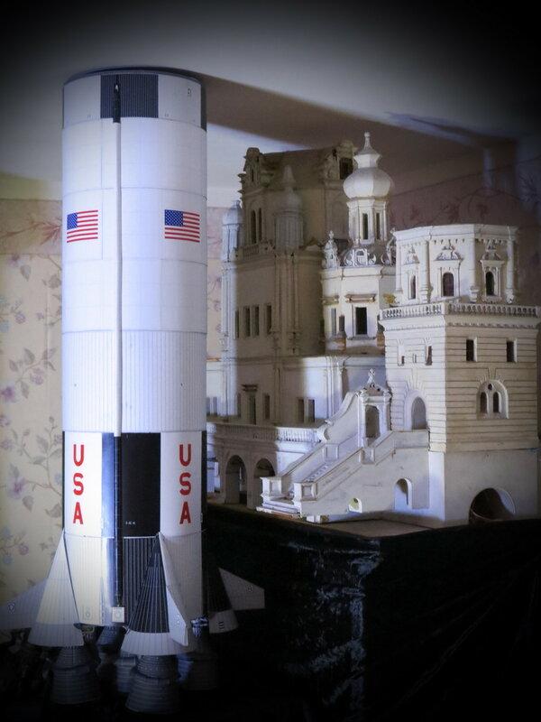 Первая ступень ракеты Сатурн-5 (1:48) в сравнении с макетом ц. Успения на Покровке (1:50).