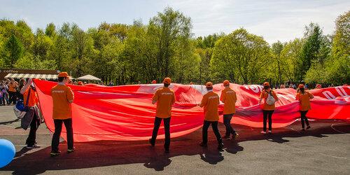 Разворачиваем знамя Победы... (9 мая, парк Кузьминки)