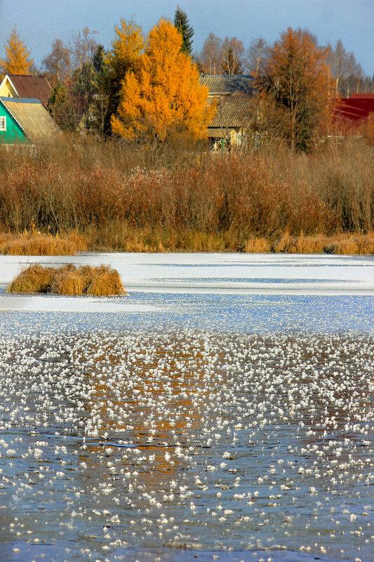У берега несмело ложится хрупкий лед...