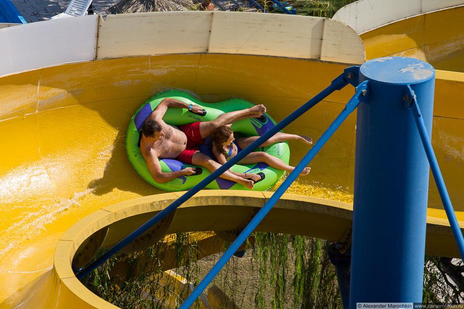 Горка открытый желоб надувная плюшка в аквапарке Aqualand на о.Корфу