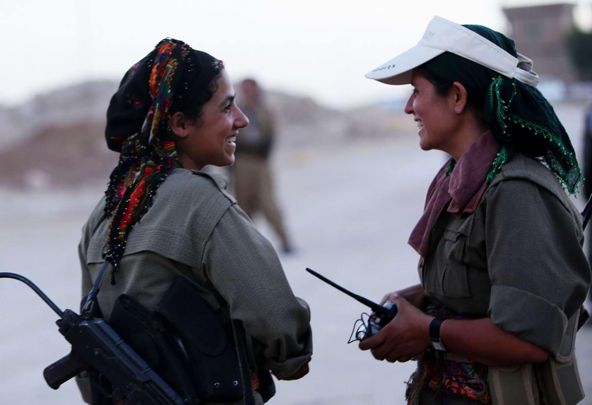 Женщины из вооруженных формирований Рабочей Партии Курдистана несут дежурство вблизи от фактической линии фронта в 50 км от иракского города Эрбиль