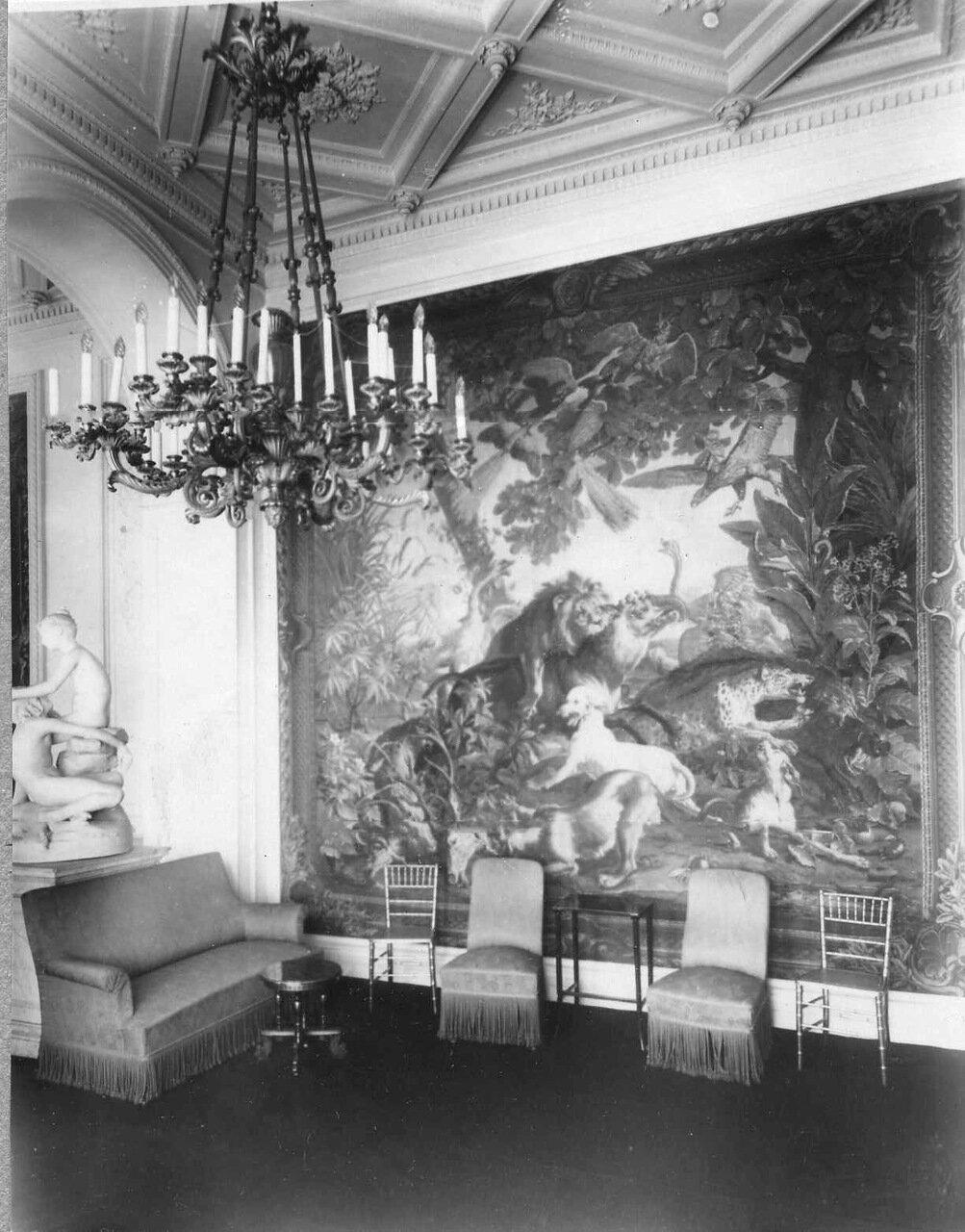 22. Часть гостиной в посольстве.1909