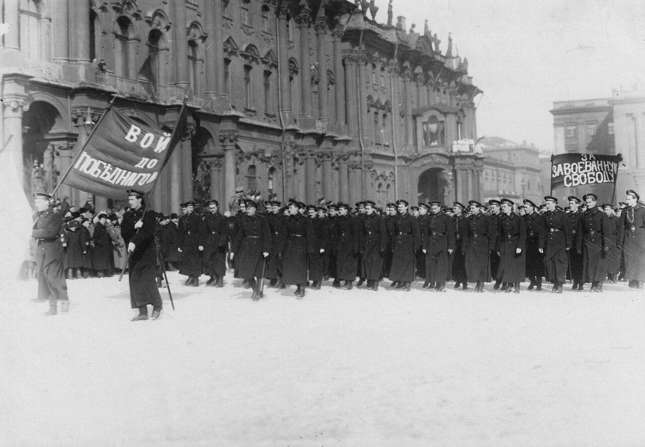 10. Колонна курсантов-моряков проходит по площади с лозунгами, призывающими к войне до победного конца