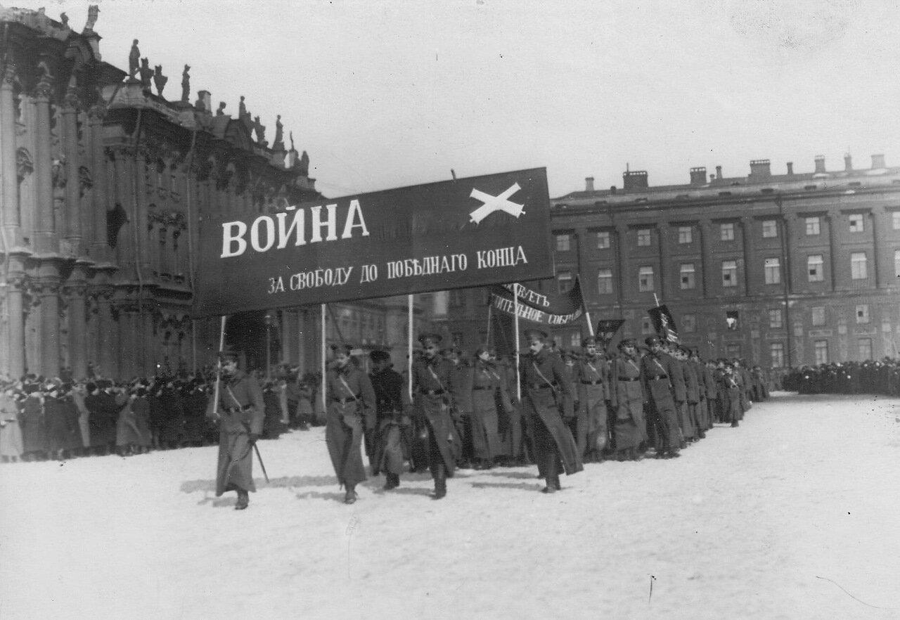 11. Колонна курсантов-артиллеристов проходит по площади с лозунгами, призывающими к войне до победного конца