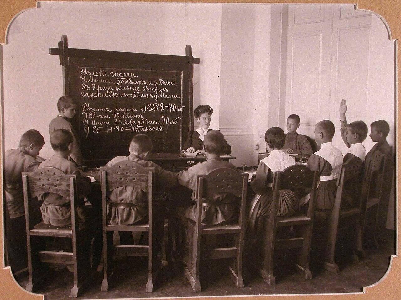 07. Воспитанники школы во время урока арифметики