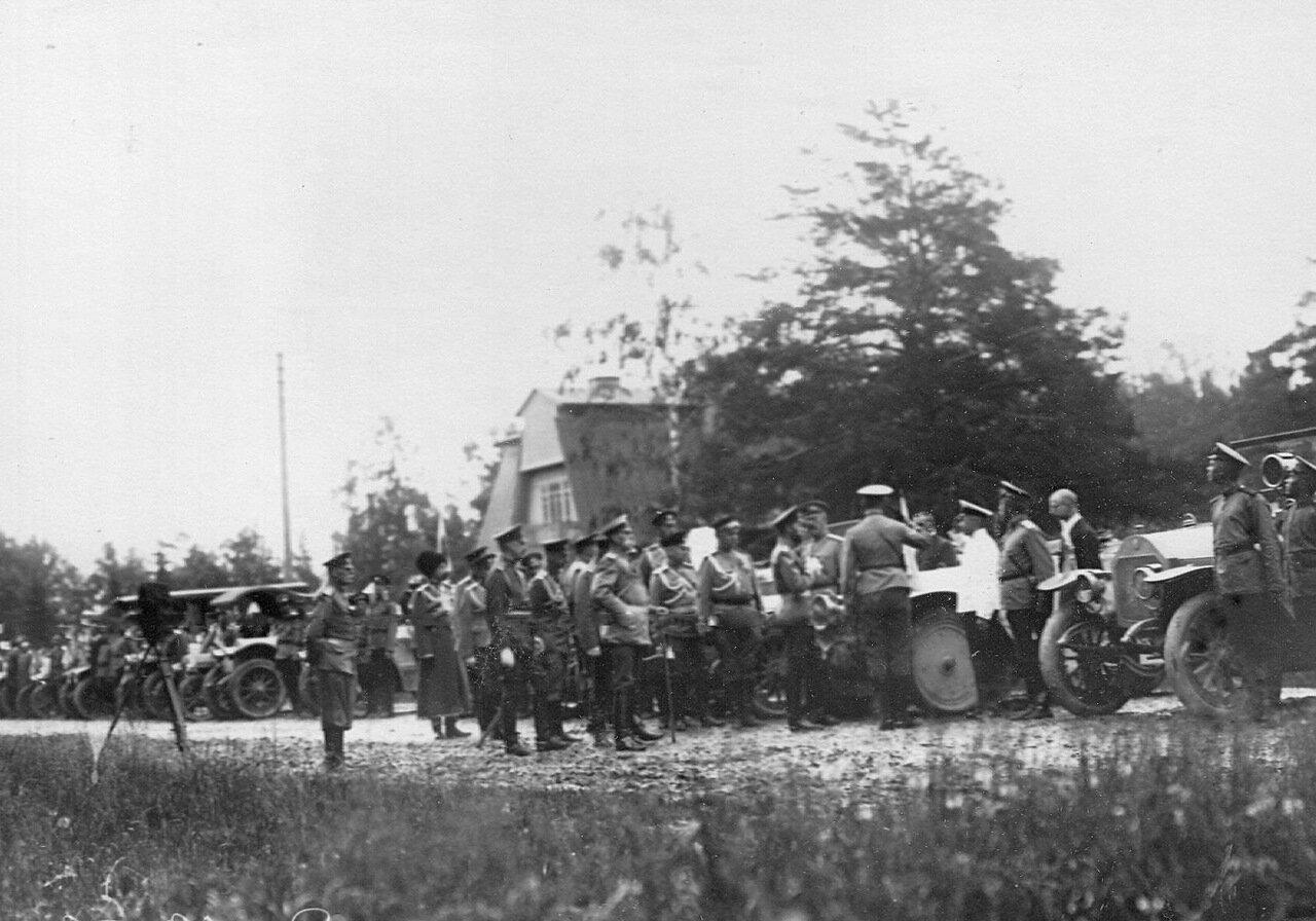 08. Император Николай II обходит ряд автомобилей с их экипажами