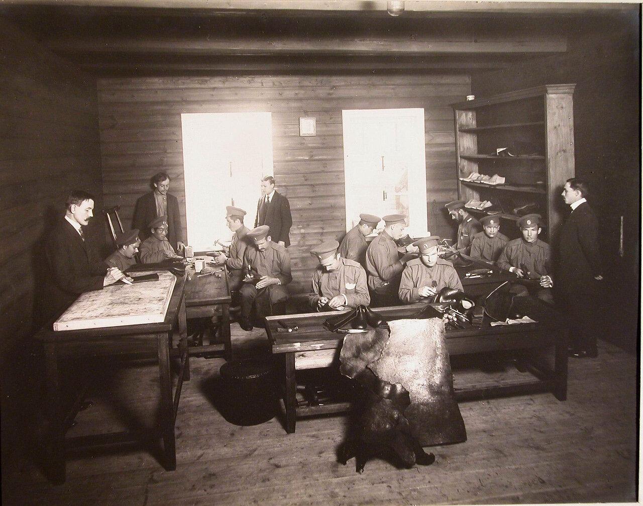 08. Группа нижних чинов, призреваемых в убежище, за работой в летней сапожной мастерской