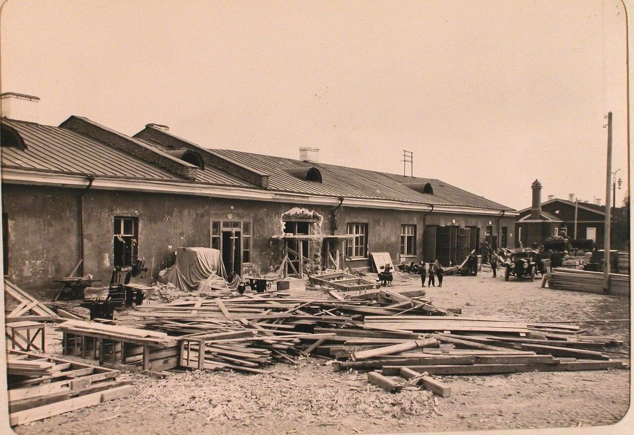 18. Вид части территории у здания, перестраиваемого под мастерские авиароты. Псков