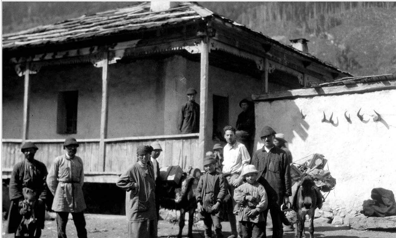 Группа людей с груженными мулами вблизи деревни Мизери в Сванетии