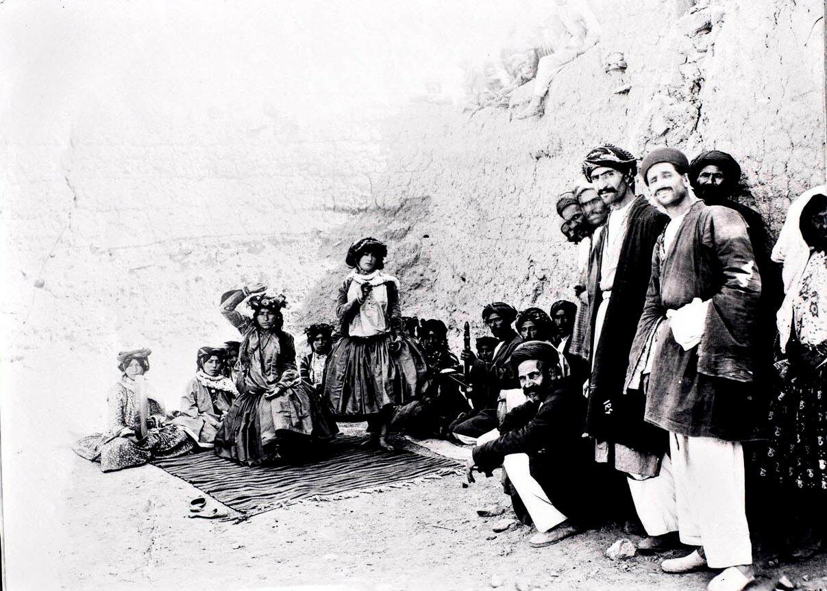 Курдские танцовщицы и музыканты