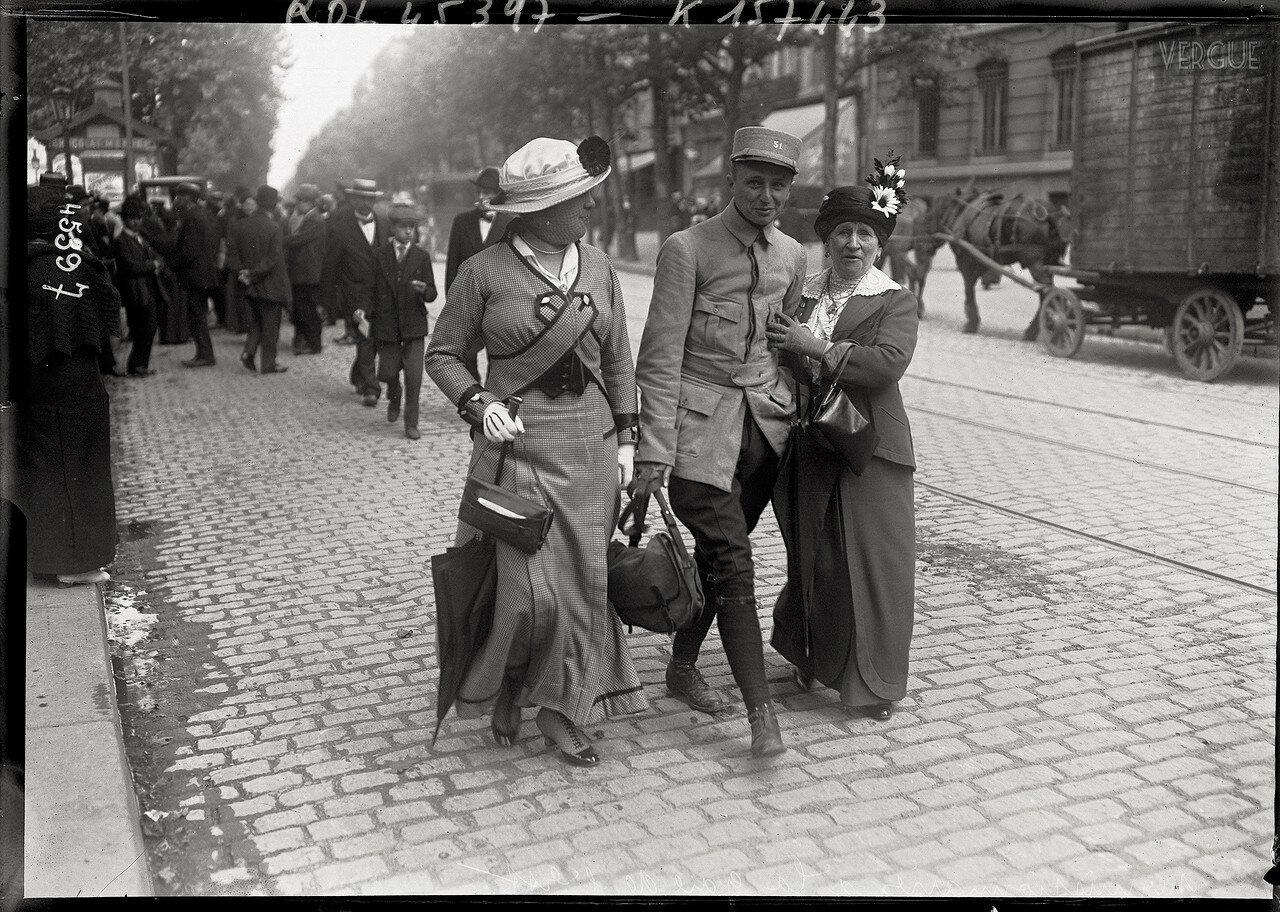 1915. Офицер со своей семьей возле Восточного вокзала