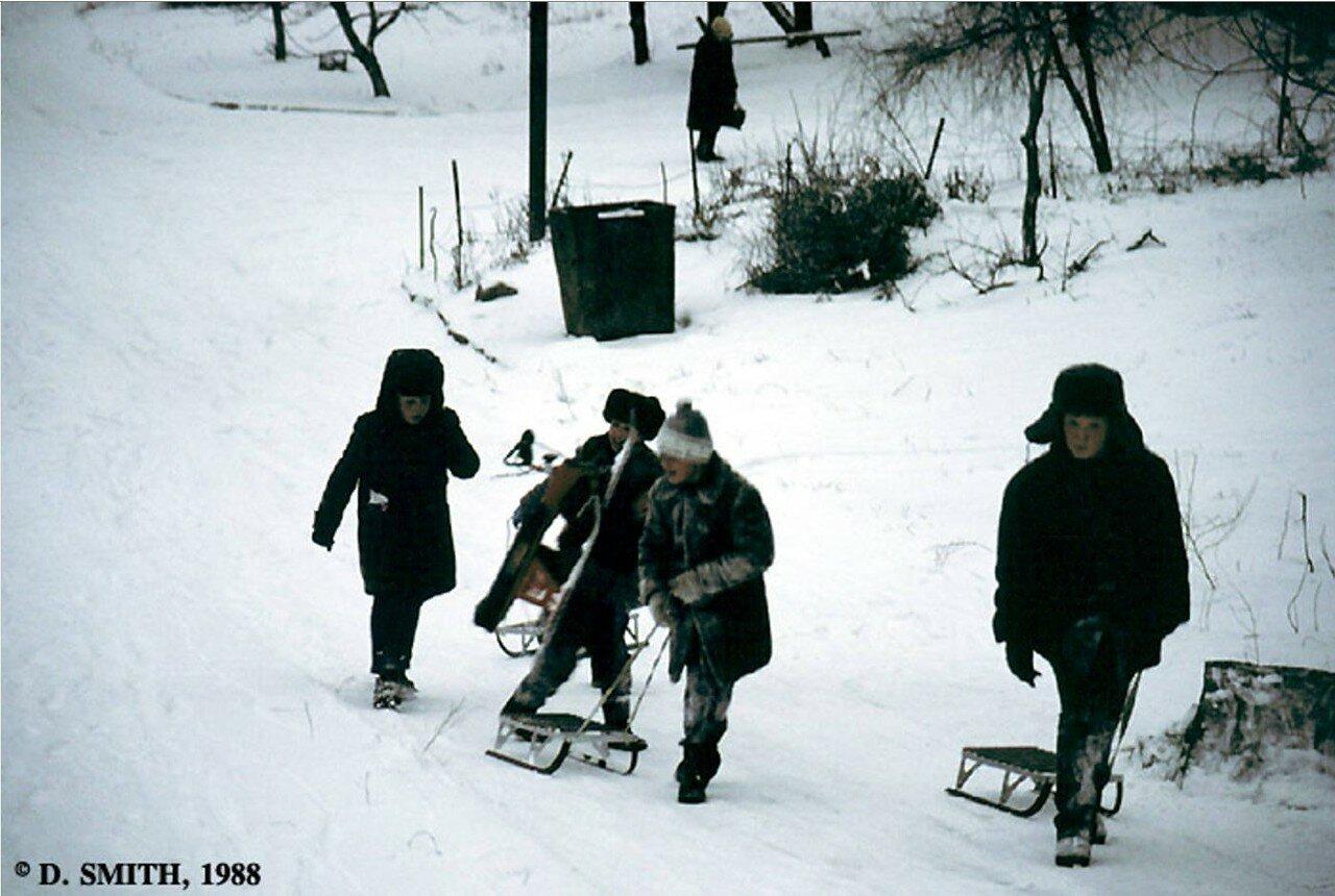 Пятигорск. Дети катаются на санках