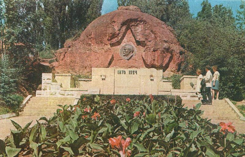 02 Барельеф В. И. Ленина на Красных камнях.jpg