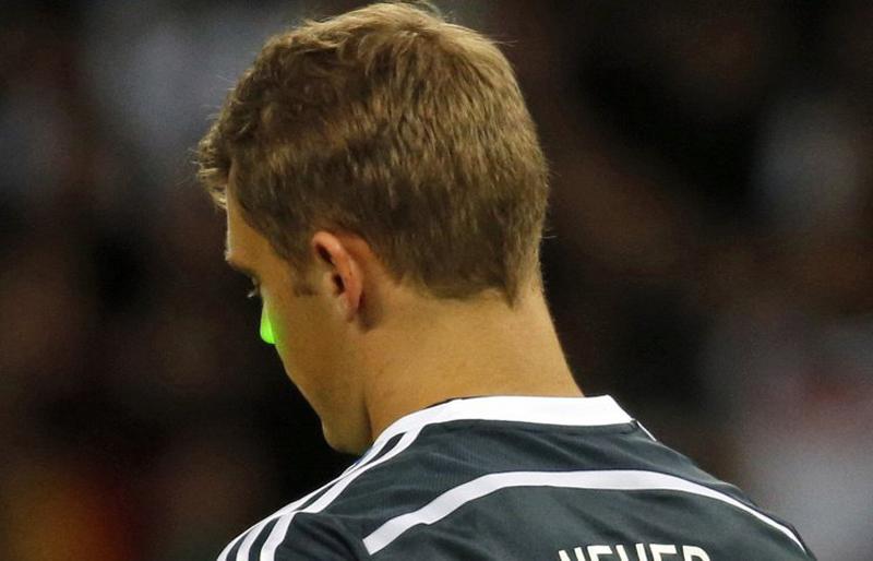 Болельщики сборной Алжира попытались ослепить лазерной указкой вратаря команды Германии Мануэля Нойера на 72-й минуте матча  с командой Алжира.jpg
