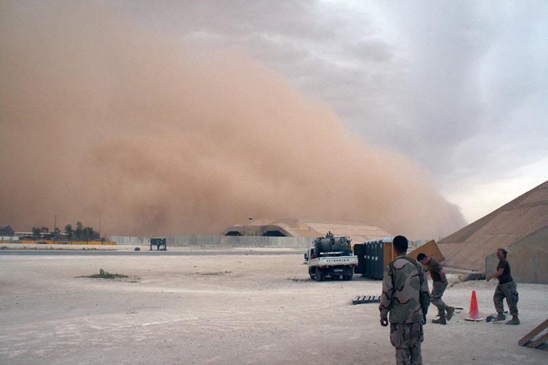 9. Мелкая песчаная пыль, которую поднимает сильный ветер, проникает в уши, глаза, носоглотку, в легк
