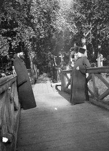 Священники на кладбище.