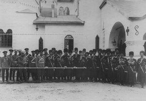 Группа конвойцев и гостей у нового здания  офицерского собрания в Федоровском городке в день празднования 100-летнего юбилея конвоя.
