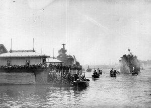 Члены императорской фамилии на пристани верфи Новое Адмиралтейство после спуска на воду крейсера Аврора.