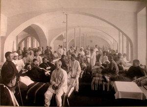 Медицинский персонал и раненые в палате лазарета св.Татьяны,устроенного в Университетской типографии.