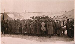 Солдаты частей направляющихся на позиции, в очереди за табаком на перевязочно-питательного пункта №15, организованного отрядом Красного Креста В.М.Пуришкевич.
