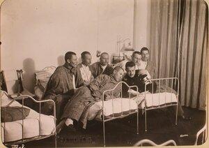 Студент Политехнического института читает книгу раненым бойцам в одной из палат госпиталя, оборудованного в здании института.