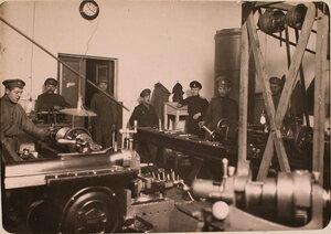 Группа нижних чинов в механической мастерской авиароты за работой.