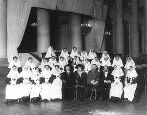 Группа медицинского персонала в зале Дворянского собрания. 1915 г.