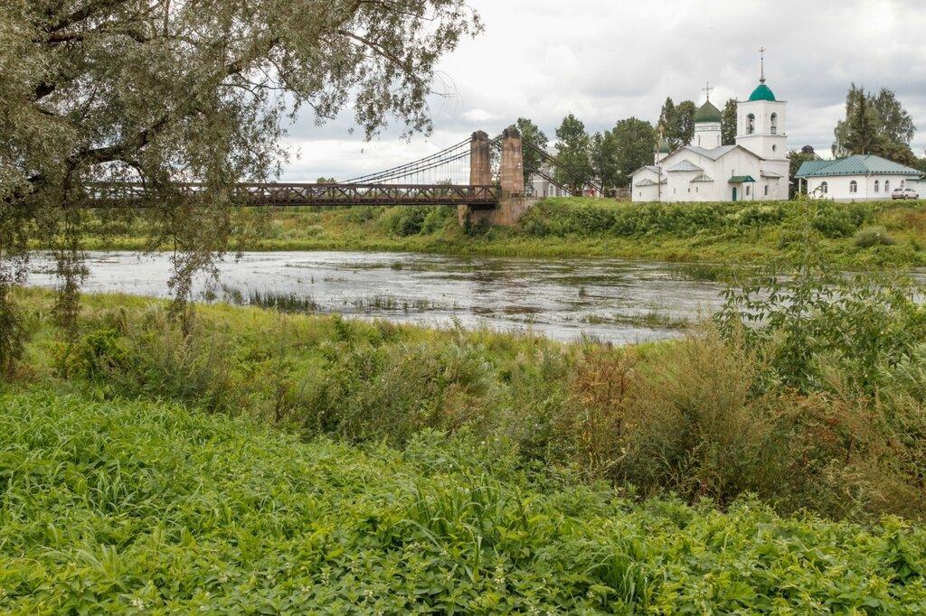 Цепной мост через реку Великую и храм Николая Чудотворца, Остров