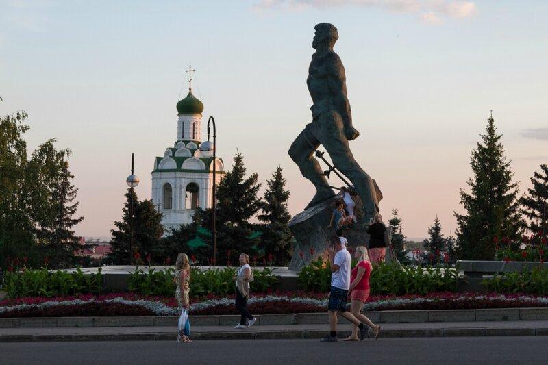 Казань, Памятник Мусе Джалилю и колокольня Иоанно-Предтеченского монастыря