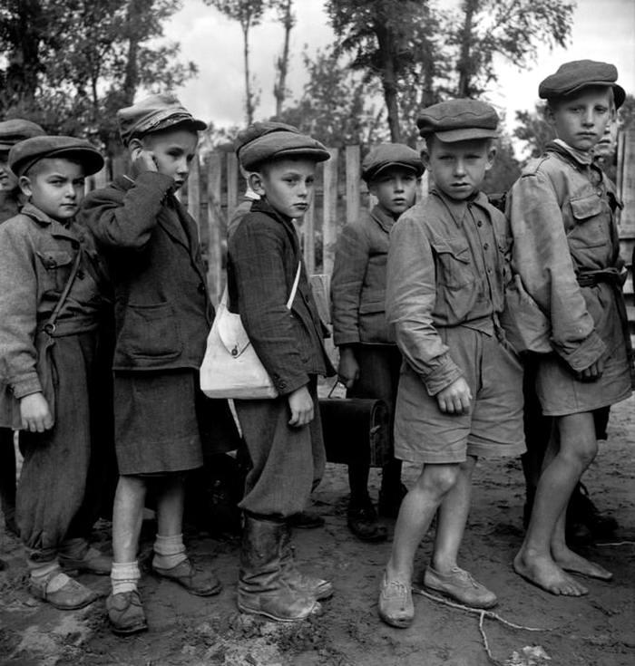 Польша, Гарволин, 1948 год - Польские мальчишки возле своей школы