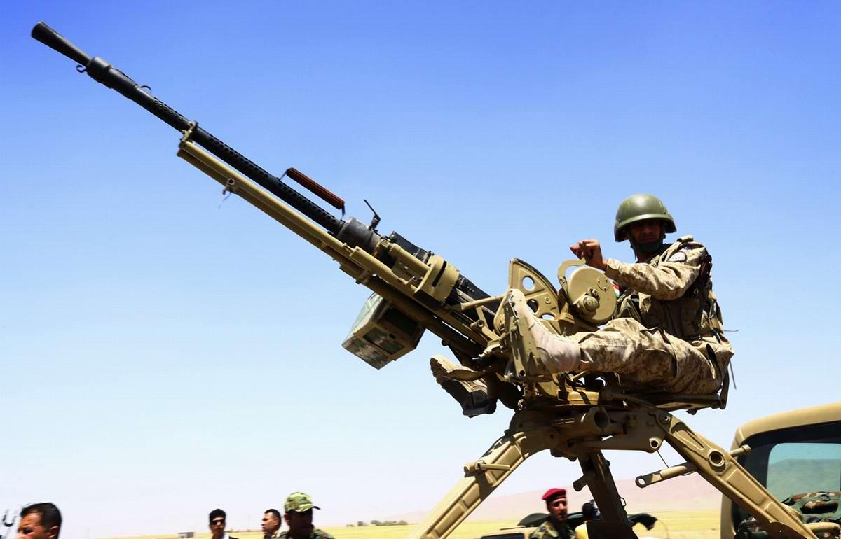 Курдский пулеметчик в ходе боевого дежурства на линии оборонительных укреплений в регионе Махмур (280 км к северу от Багдада)