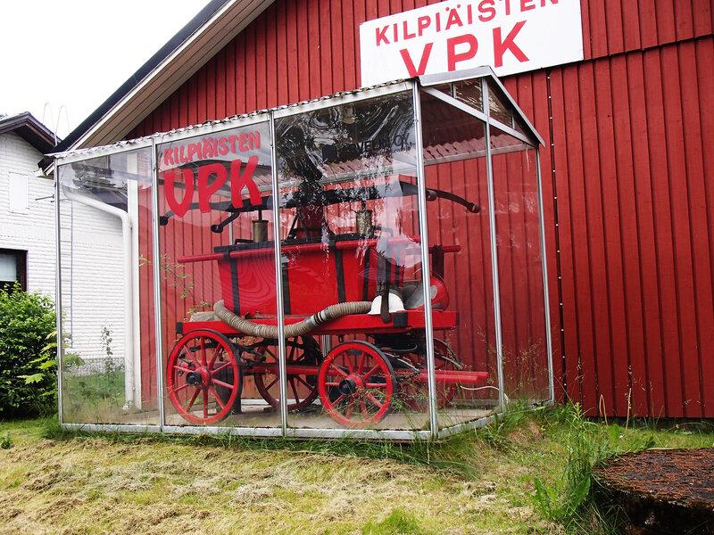 историческая пожарная машина возле пожарной части в Лахти