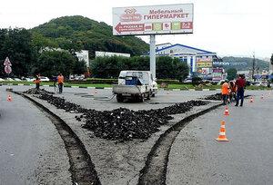 Во Владивостоке продолжаются работы по установке бордюров на направляющих островках