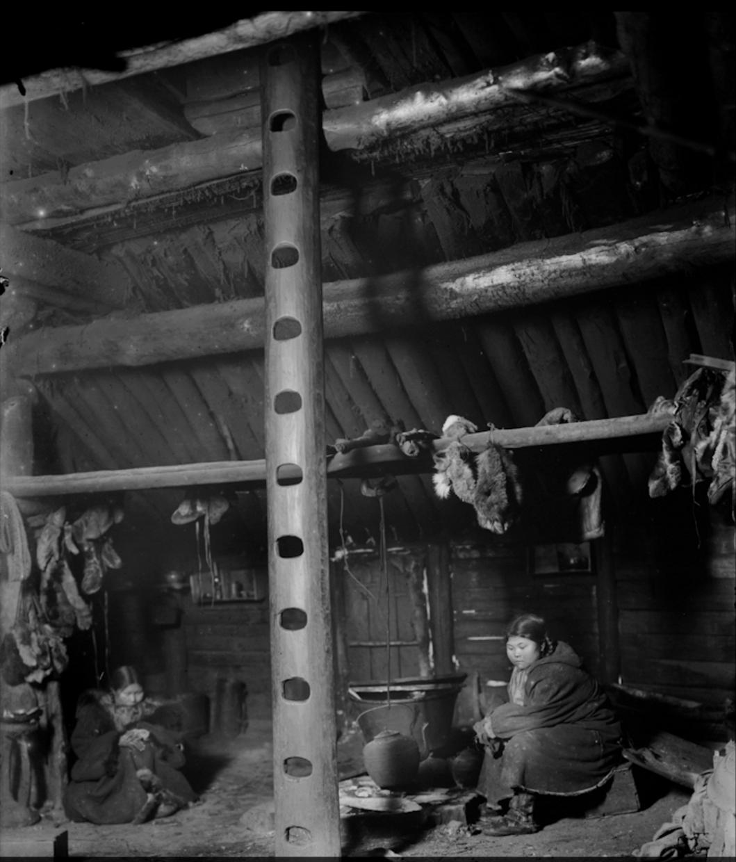 Интерьер дома коряков-охотников на морского зверя в деревне Микино на берегу Охотского моря. 1901