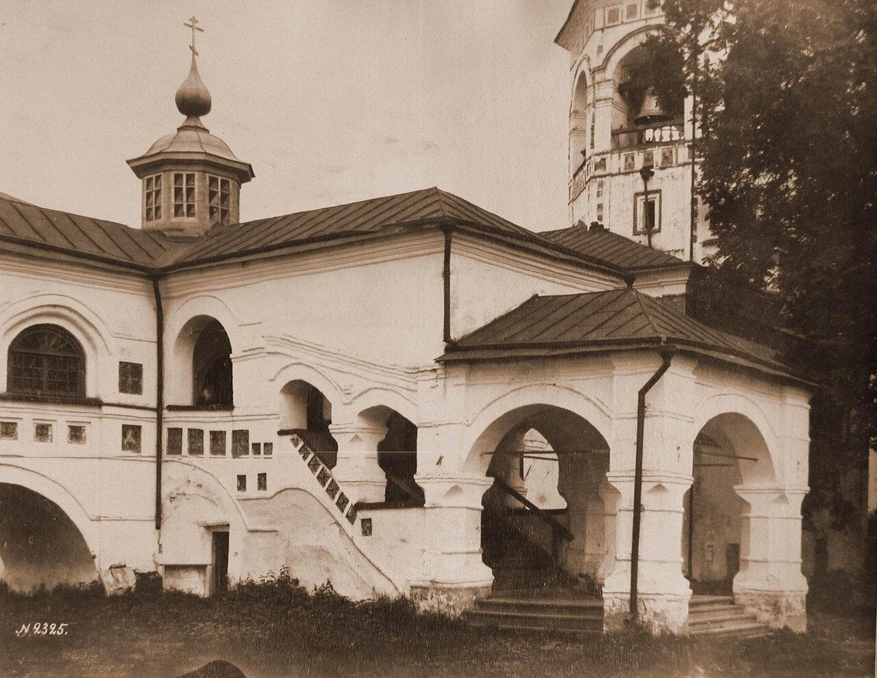 Вид части крытой галереи в Николо-Вяжищском монастыре