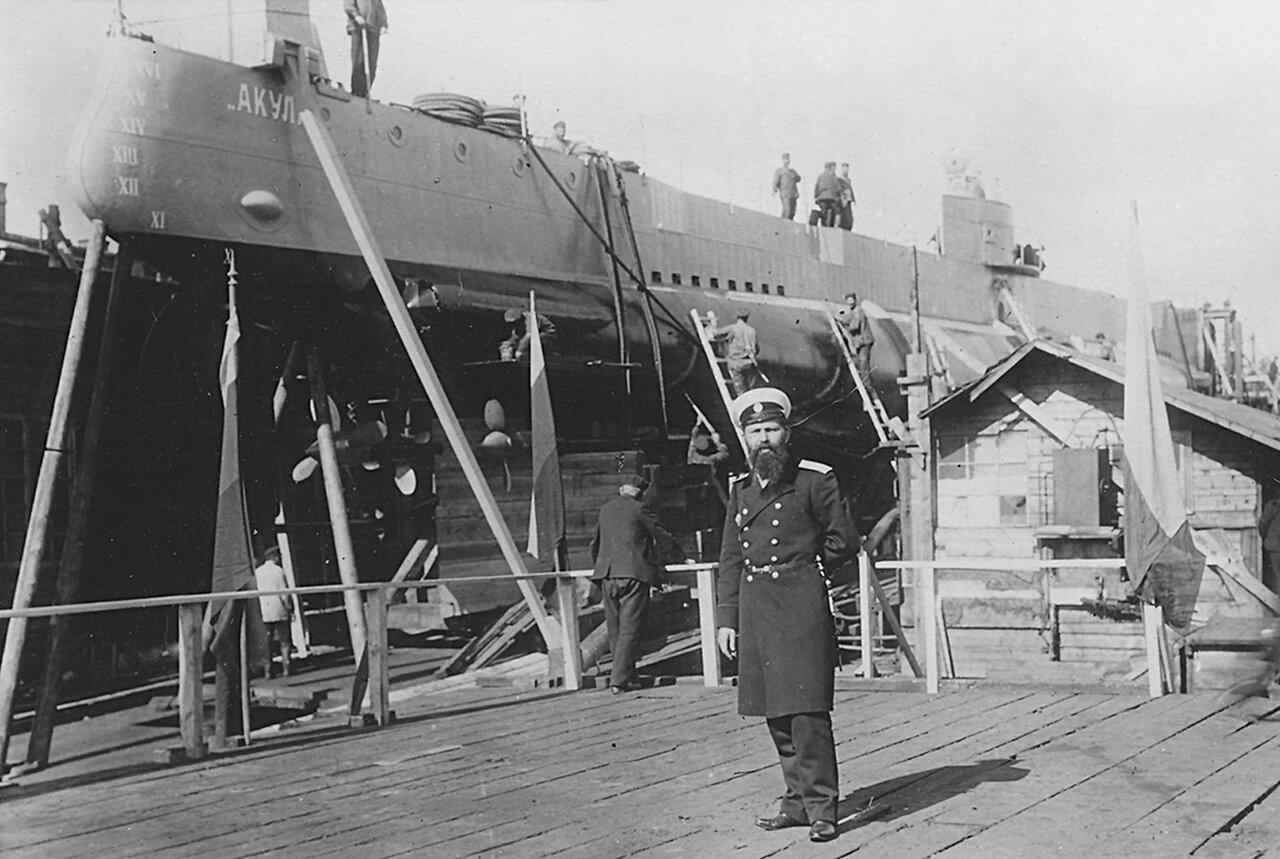 14. Подводная лодка «Акула» на стапеле. Рядом корабельный инженер Бубнов