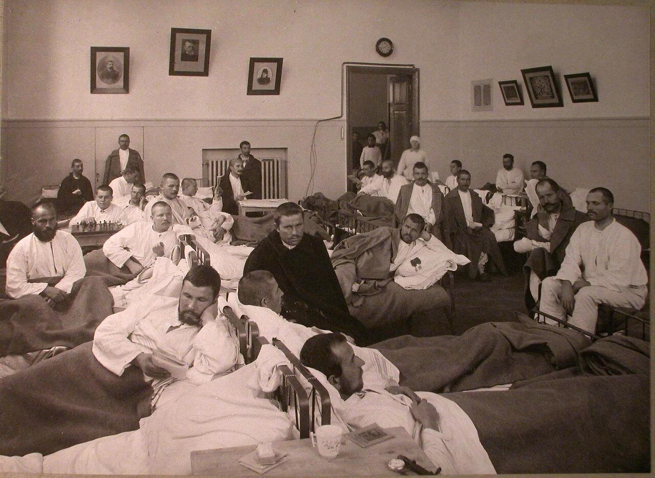 18. Раненые в палате лазарета, устроенного в помещении Лепешкинского студенческого общежития