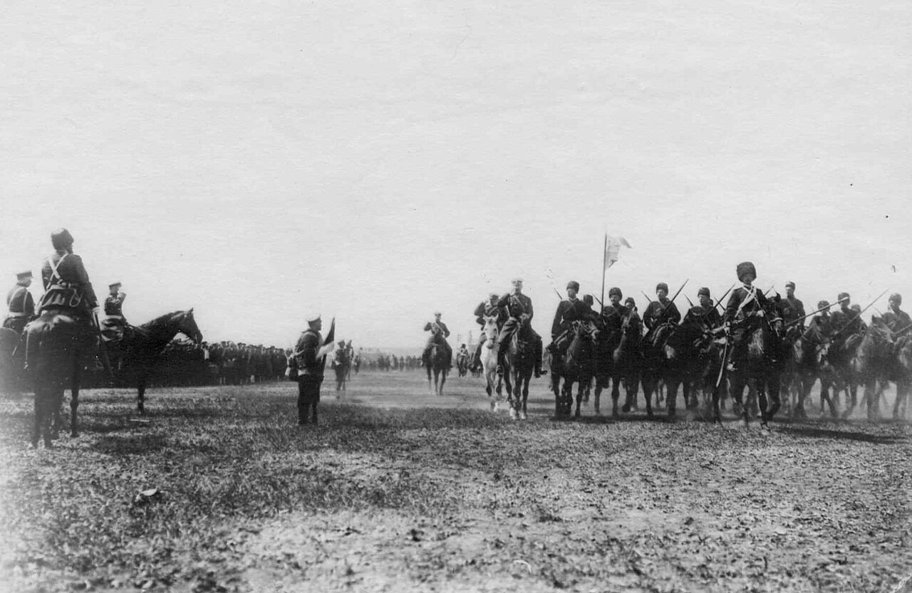 30. Император Николай II на смотре 1-го Оренбургского казачьего полка перед отправкой его на Дальний Восток. Харьков