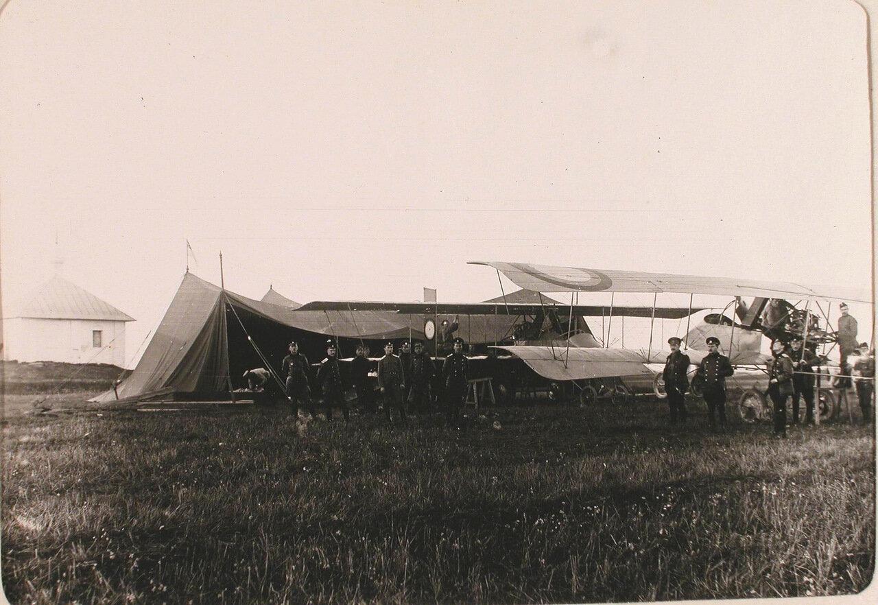 09.Группа летчиков на аэродроме роты во время приема новых летательных аппаратов типа «Вуазен» для перевооружения 10-го авиаотряда