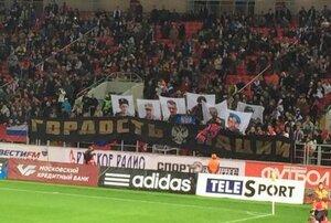 На матче Россия - Молдова фанаты подняли флаг Новороссии