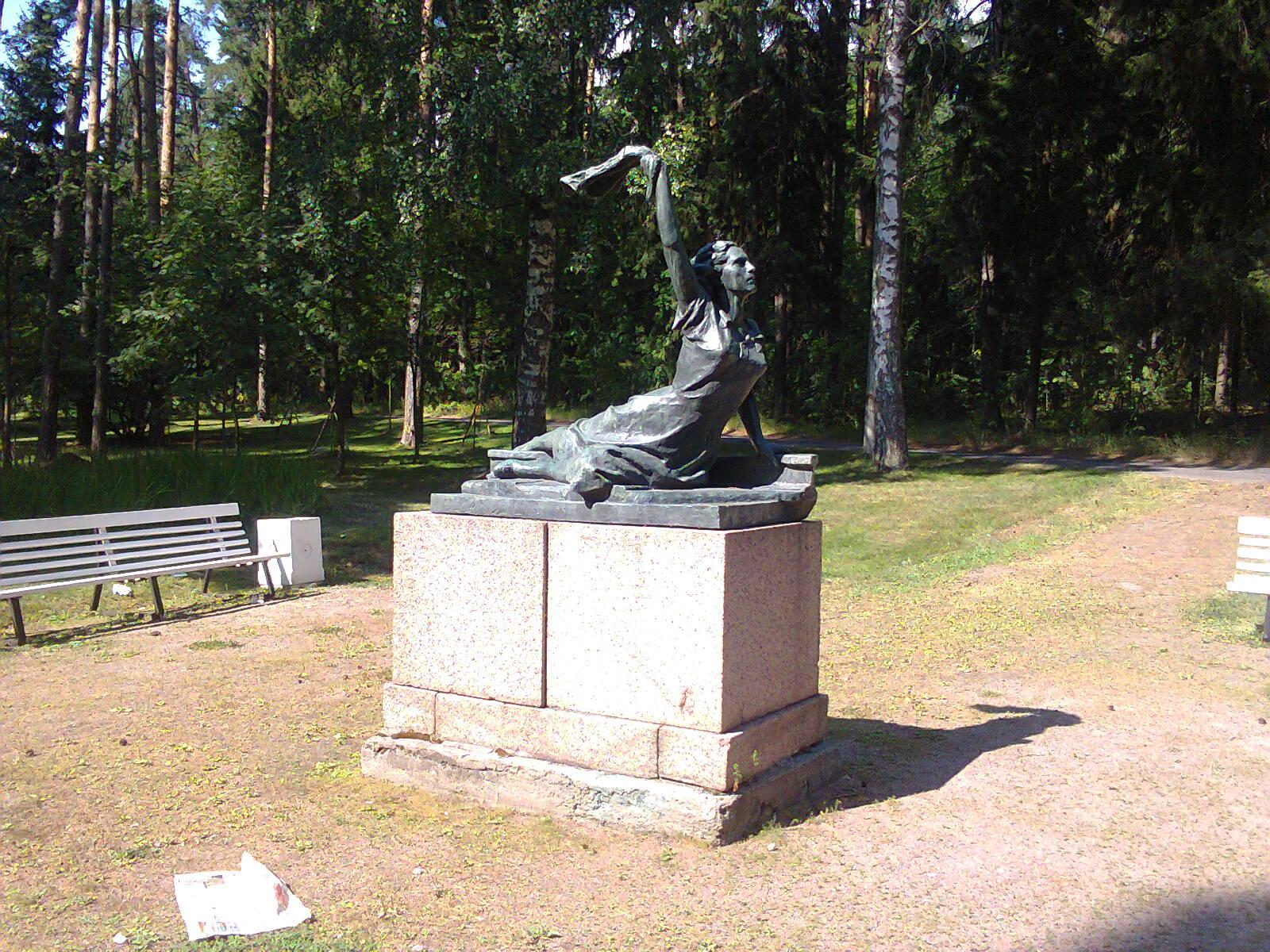 Памятник Раймонде Дьен на Приморском шоссе в Зеленогорске