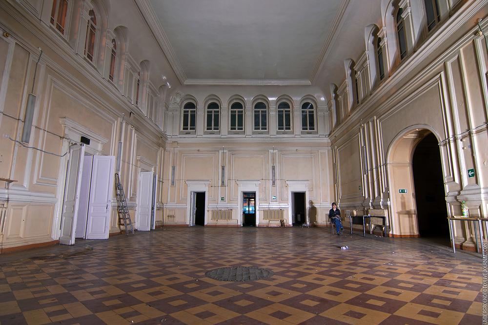 Просторный зал 19 век