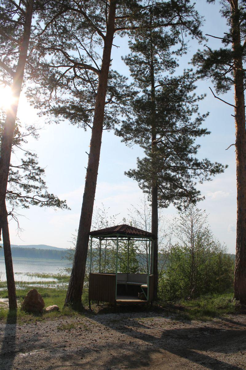 Полюбоваться на озеро и горы можно из беседки, что на берегу.  (09.06.2015)