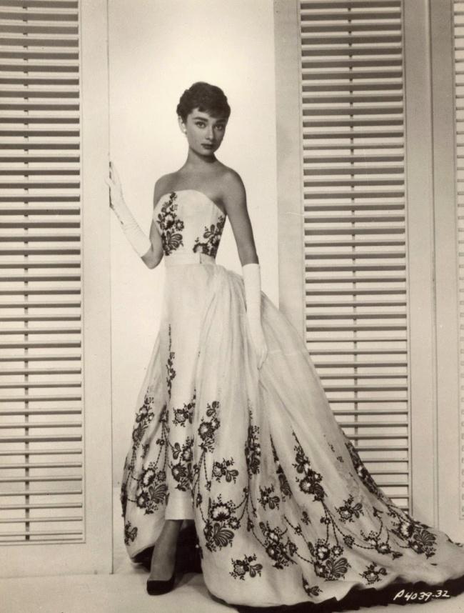 Актриса в объективе Бада Фракера во время фотосессии для нового фильма «Сабрина». Октябрь 1953 г.