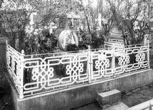 Митрофаниевское кладбище. Могила семейства Шеллер; в центре - могила писателя Шеллера-Микейлова..
