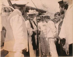 Председательница Комитета русских дам в Париже О. Д. Нелидова, офицеры и команда плавучего госпиталя Орёл на палубе.