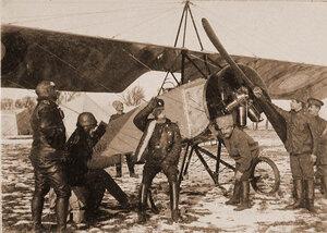 Группа лётчиков отряда во время дежурства на аэродроме (у летательного аппарата).