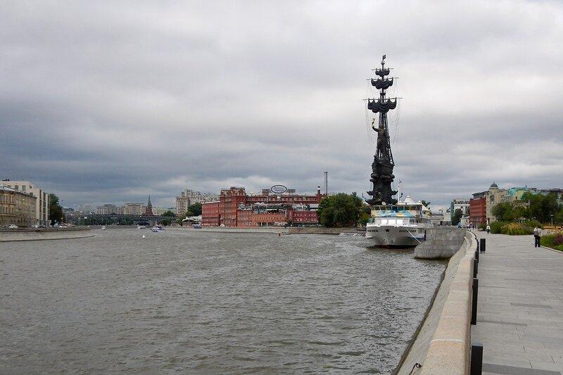 Вид на фабрику Красный Октябрь и памятник Петру I с Крымской набережной Москвы-реки