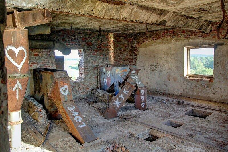 Оборудование на верхнем этаже башни заброшенного элеватора хлебоприёмного предприятия в пос. Медведок