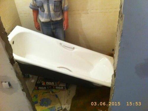 Завалили ванну. Только так она пока помещается между стен